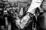 Hochzeitsfotos 2018: Altes Ehepaar hält Händchen