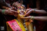 Hochzeitsfotos 2018: Frau wird getätschelt