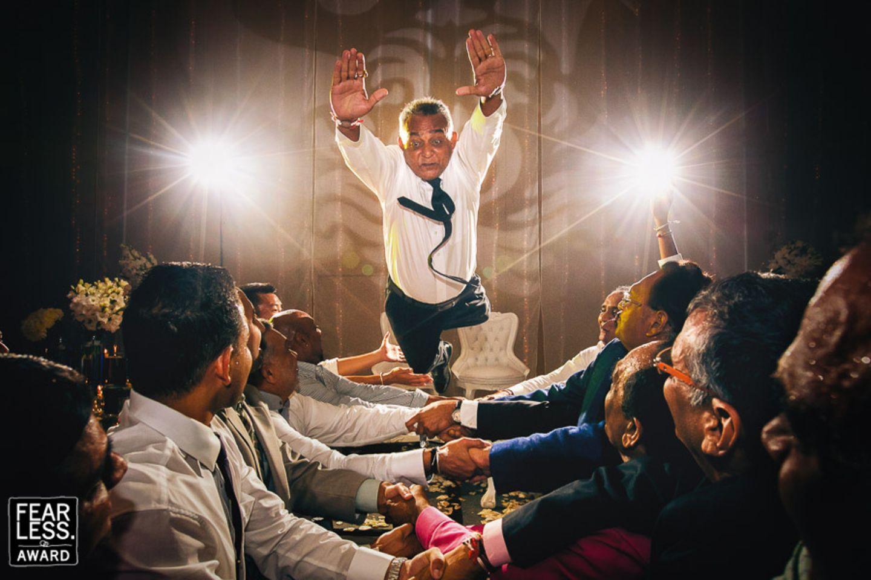 Hochzeitsfotos 2018: Mann springt in Gäste