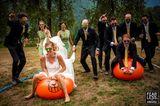 Hochzeitsfotos 2018: Brautpaar hüpft auf Bällen