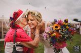 Hochzeitsfotos 2018: Oma küsst Braut