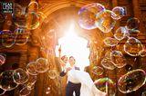 Hochzeitsfotos 2018: Brautpaar mit Seifenblasen