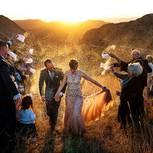 Hochzeitsfotos 2018: Paar wird mit Reis beworfen