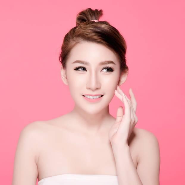 junge koreanische Frau vor pinkem Hintergrund
