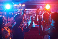 Jena: Junge Menschen tanzen in einem Club