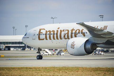 Flugzeug der Emirates Airlines auf dem Flugfeld