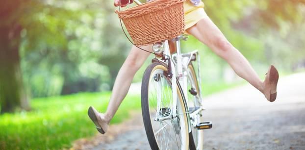 Glück: Frau auf dem Fahrrad fährt bergab