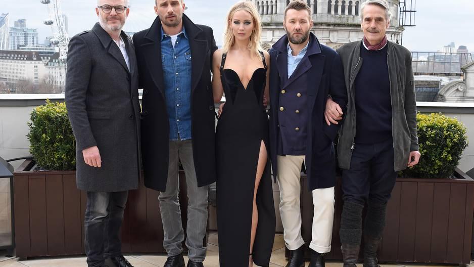 Jennifer Lawrence erntet Kritik für dieses Kleid: Jennifer Lawrence und Kollegen bei einem Fotoshooting
