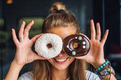 Low Fat 30: Frau hält sich Donuts vor die Augen
