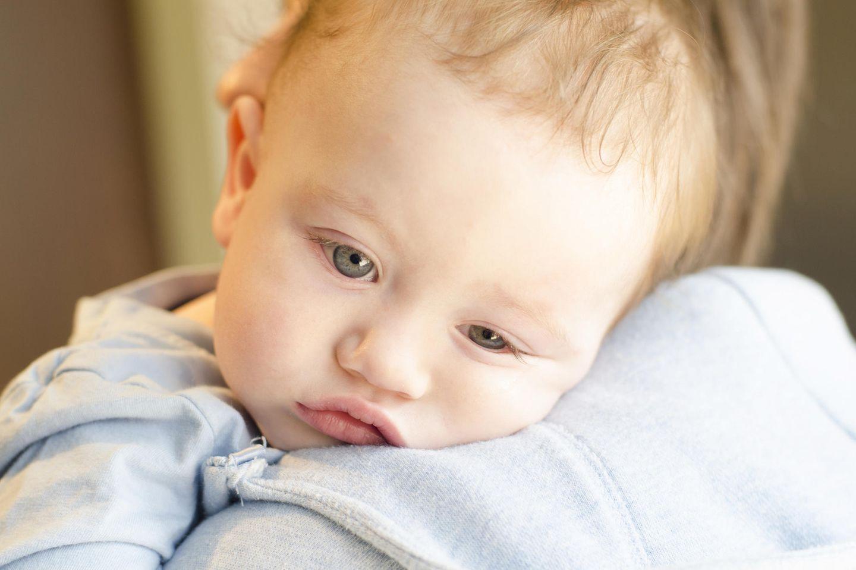 Krankes Baby auf Arm