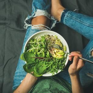 Rohkost-Diät: Frau hält eine Schüssel Salat im Schoß