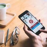 Brigitte Pincodes: Smartphone mit Pinterest-App