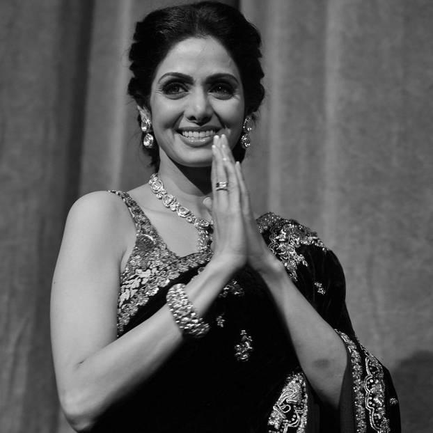 Bollywood-Ikone Sridevi Kapoor ist völlig überraschend am 25. Februar 2018 verstorben. Auf der Hochzeit ihres Neffen in Dubai erlitt die Schauspielerin völlig überraschend einen tödlichen Herzinfarkt.  Sie war der erste weibliche Bollywood-Star und drehte in den 80er und 90er-Jahren unzählige Filme.2013 wurde ihr dafür der 'Padma Shri', der vierthöchsten indischen Zivilorden, für ihre Leistung in der Filmbranche von der Regierung verliehen.