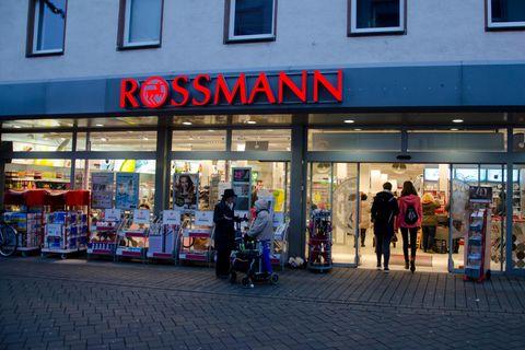 Neuer Name: Drogerie-Kette Rossmann heißt jetzt Rossfrau!