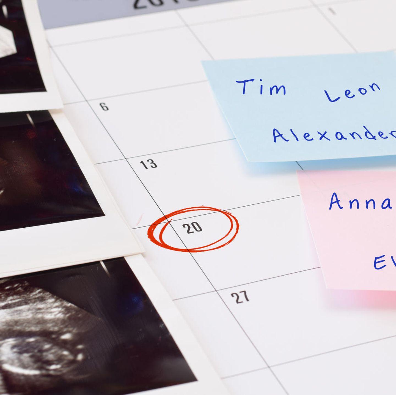 Ultraschallbilder auf Kalender mit Geburtstermin und möglichen Namen