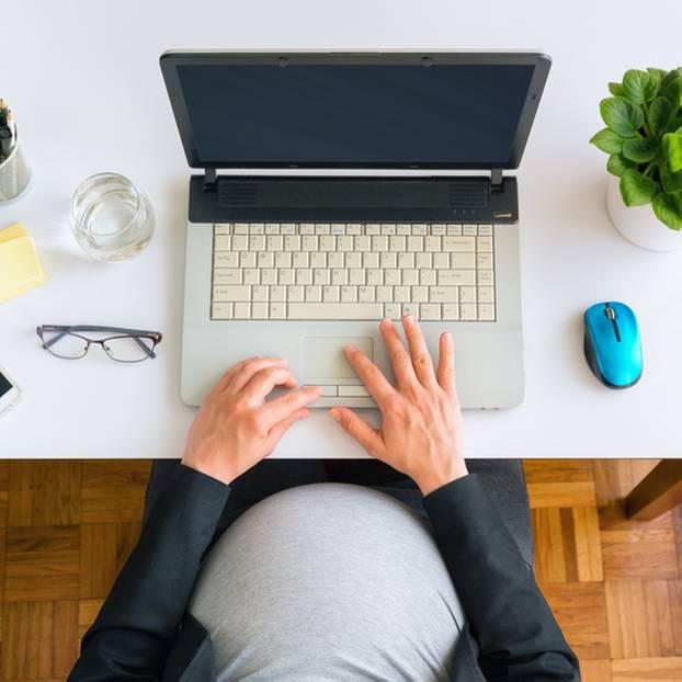 32. SSW: Schwangere sitzt vor dem Computer