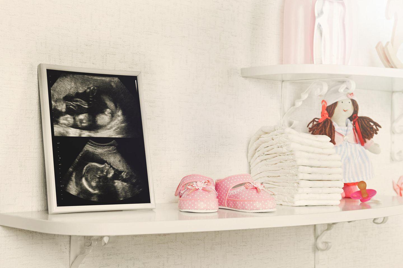 Bilder auf Regal mit Deko im Kinderzimmer