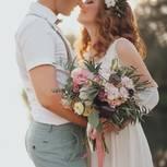Checkliste für die Hochzeit: Hochzeitspaar küsst sich