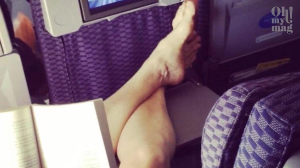 Sitznachbarn im Flugzeug: Fluggast legt nackte Füße auf Klapptisch