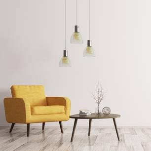 Minimalismus: Aufgeräumte Wohnung mit Sessel, Tisch und Lampe