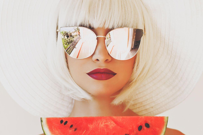 South Beach Diät: Frau mit Sonnenbrille und Wassermelone