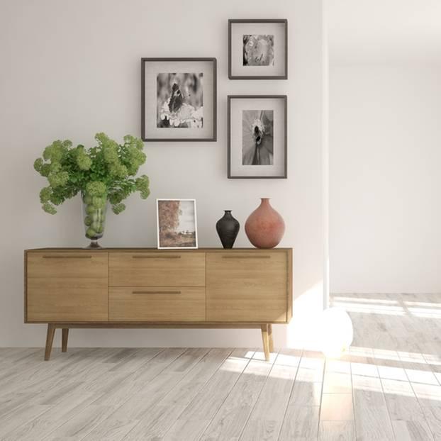 Sideboard aus Holz in heller, luftiger Wohnung