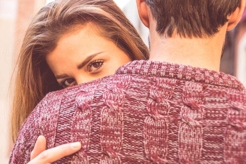 Verheiratete Männer: Frau schaut eifersüchtig auf Ehepaar