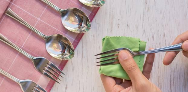 Silber reinigen: Gabel polieren