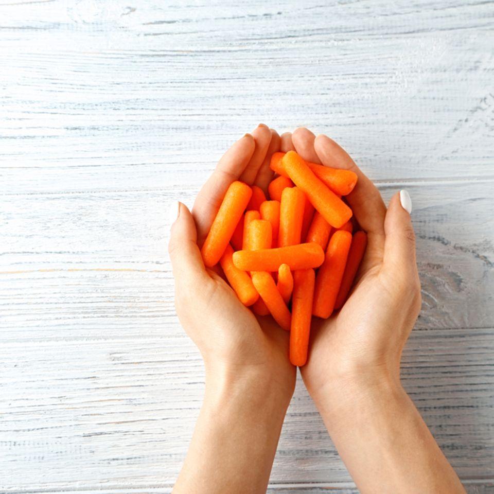 Karottenöl: eine Hand voll Karotten