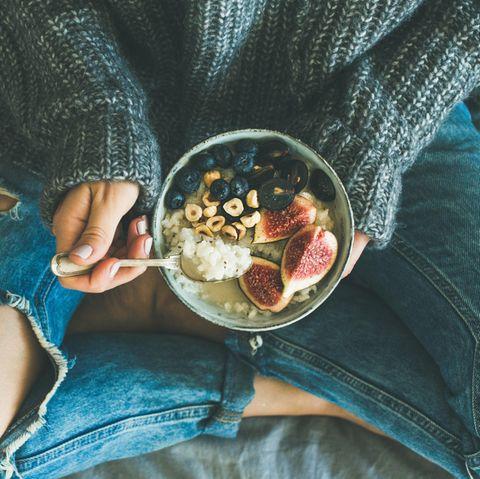 Reverse Dieting: Frau hält Schale mit Reis in den Händen