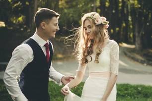 Hochzeit planen: Brautpaar hält Händchen