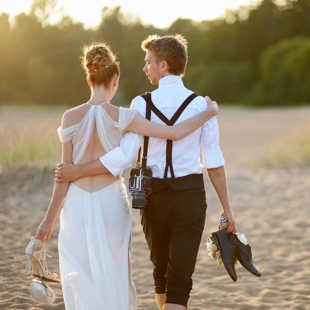 Hochzeit planen: Brautpaar am Strand