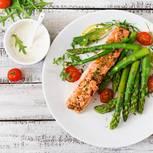 Spargel gesund: Spargel mit Lachs und Tomaten auf einem Teller