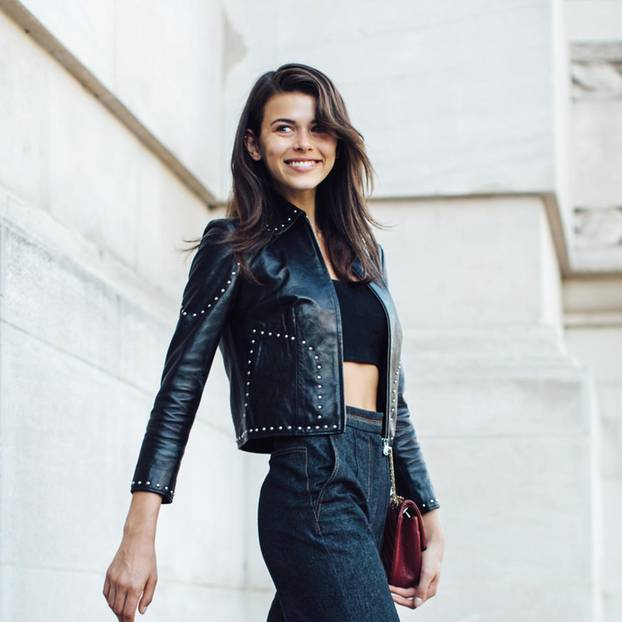 Wide Leg: Frau trägt ausgestellte Hose
