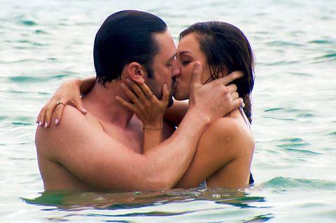 Feuchte Zungenspiele im feuchten Meer. Der Bitchelor und Kristina legen los.