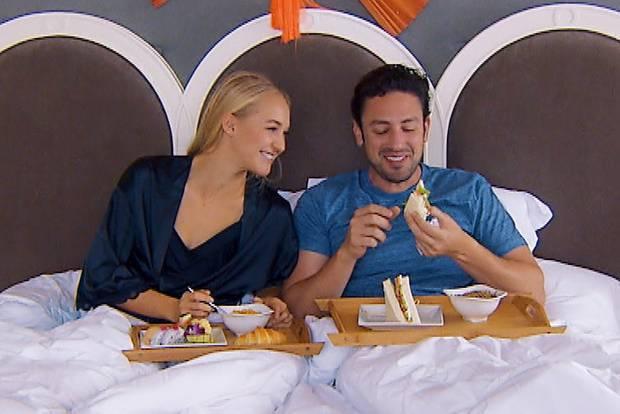 Der Bachelor und Svenja landen im Bett.