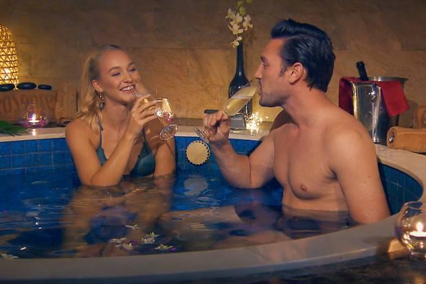Svenja und Völzi im Whirlpool. Das braucht kein mensch!