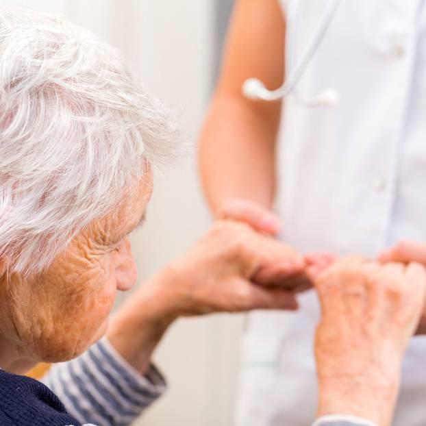Unterhalt für pflegebedürftige Eltern: Alte Dame mit Betreuerin