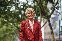 Kurzhaarfrisuren: Frau mit blonden kurzen Haaren