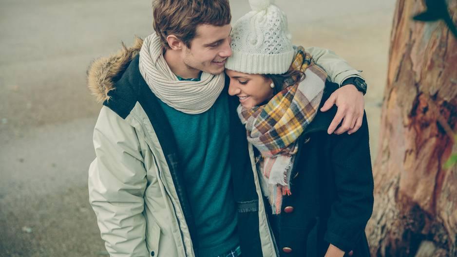 Das beste Kompliment für Männer: Paar kuschelt