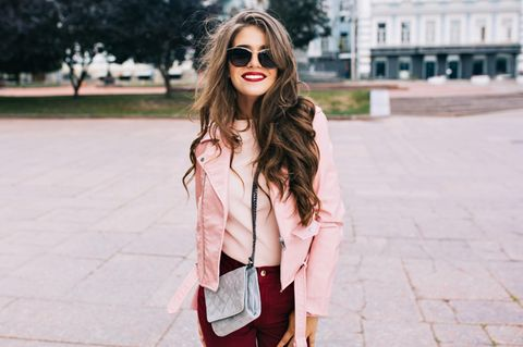 Pink macht dumm: Frau trägt rosa Jacke
