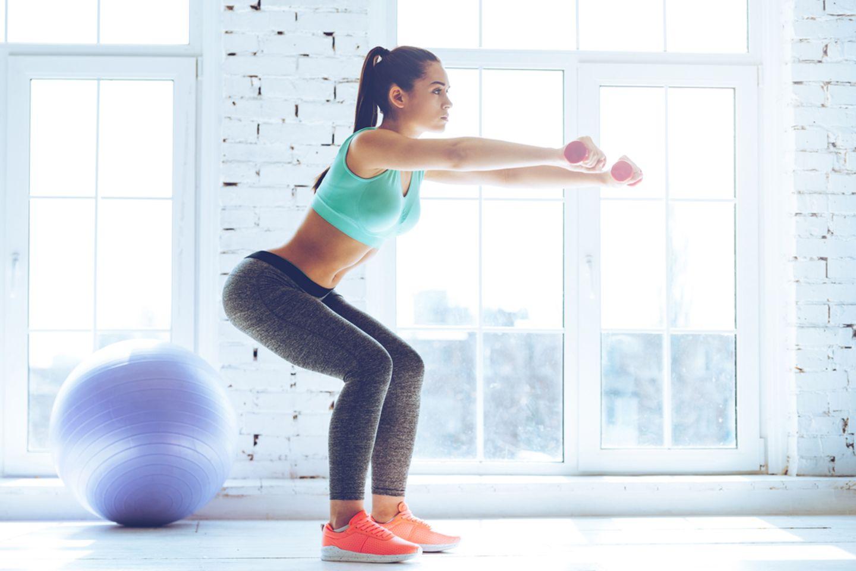 Übungen gegen Cellulite: Frau macht Kniebeuge