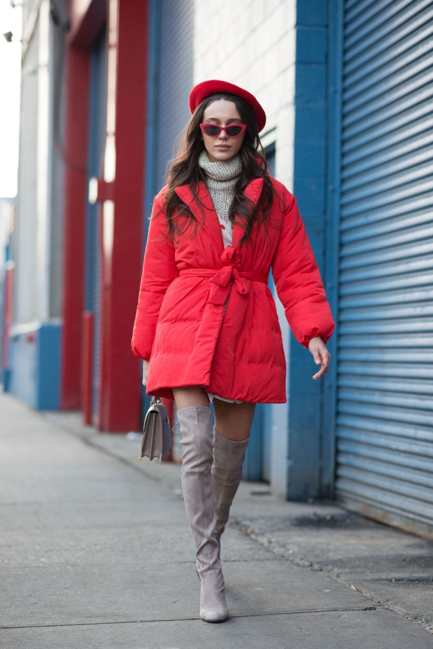 Daunenjacke in Rot an einer Frau