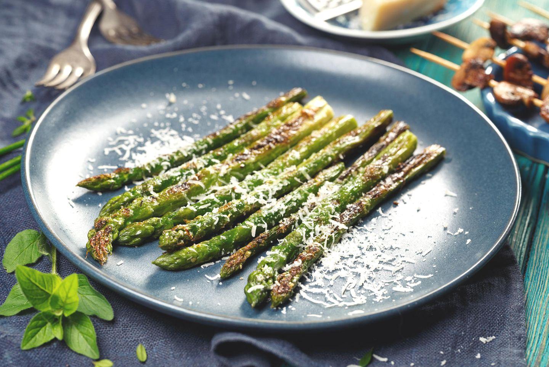 Grünen Spargel zubereiten: Spargel mit Parmesan auf dem Teller