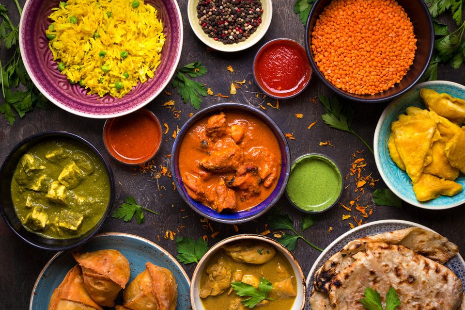 Ayurveda Diät: Indische Speisen in runden Schüsseln