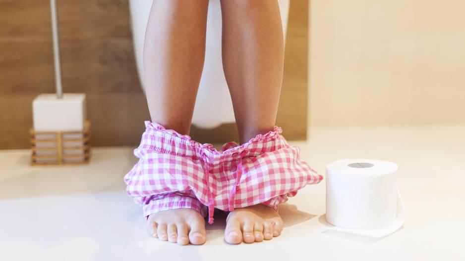 Spargel-Urin: Frau sitzt auf der Toilette