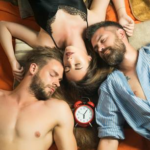 Wife-Sharing: Frau liegt mit zwei Männern im Bett