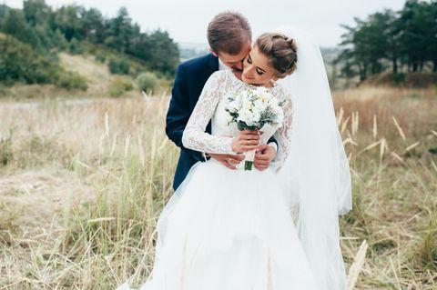 FRau trägt Hochzeitskleid