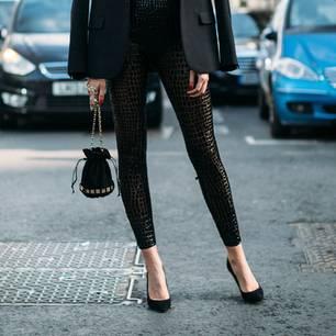 Frau trägt Leggings zu Blazer und High Heels