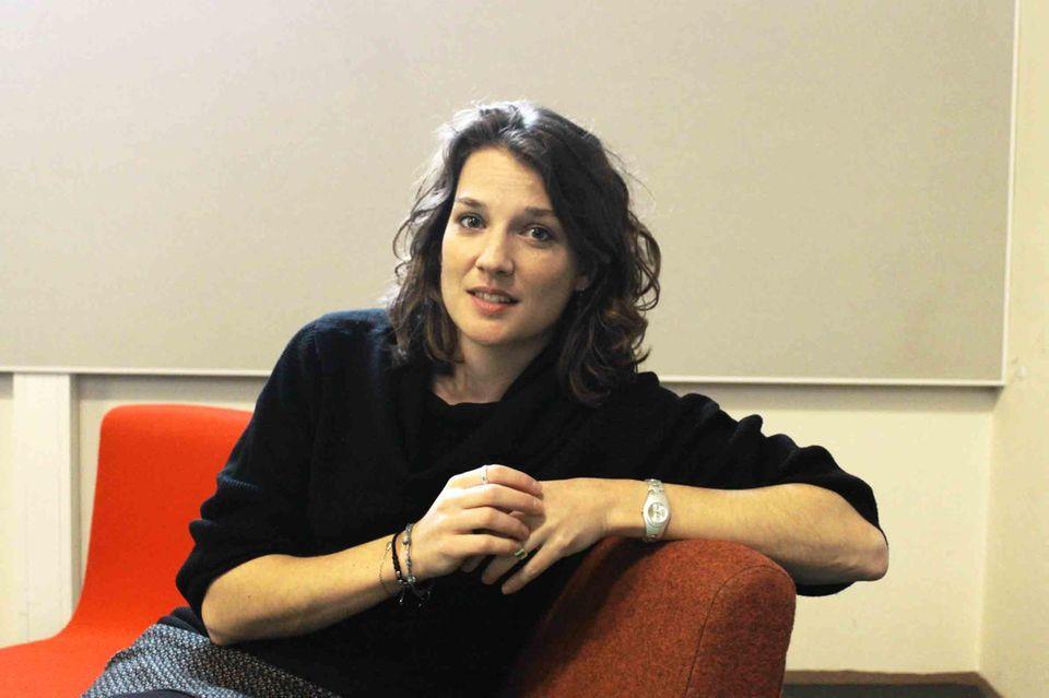 Die Architektin Marcella Hansch auf einem roten Sessel